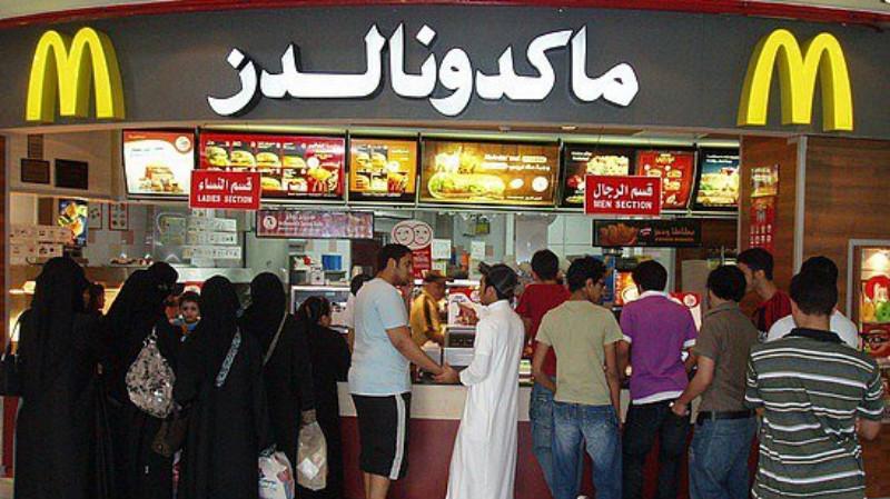 在中东国家的麦当劳快餐店一瞥,在当地男女是需要分开排队订餐。-网络图-