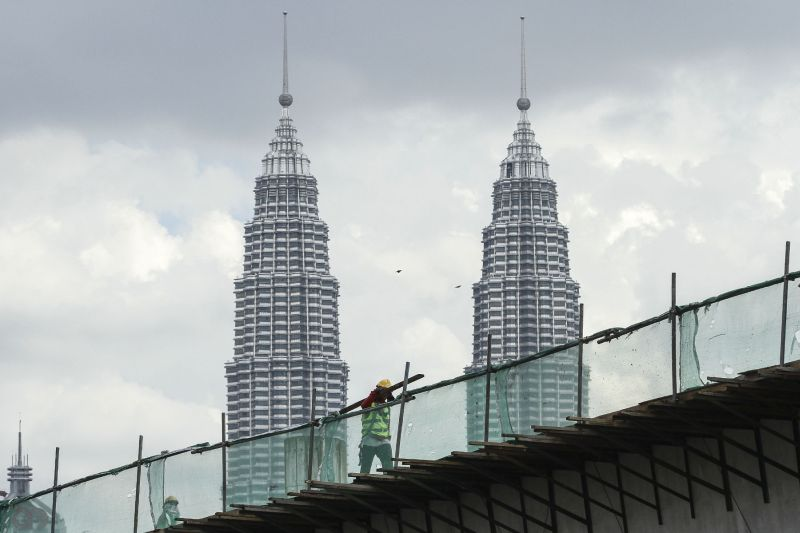 According to a report, Malaysia's GNI per capita (US$) fell from US$10,677 in 2014 to an estimated US$8,821 in 2016. ― Picture by Yusof Mat Isa