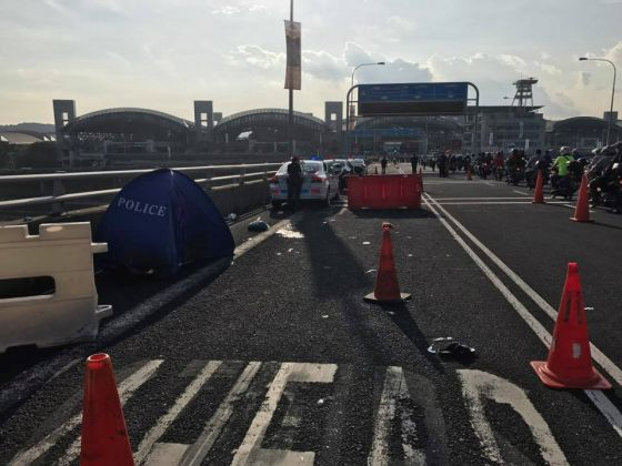 Photo of the accident at Tuas Checkpoint taken on December 6, 2016, at around 7.05am. — Picture courtesy of Mugal Arasan/Facebook