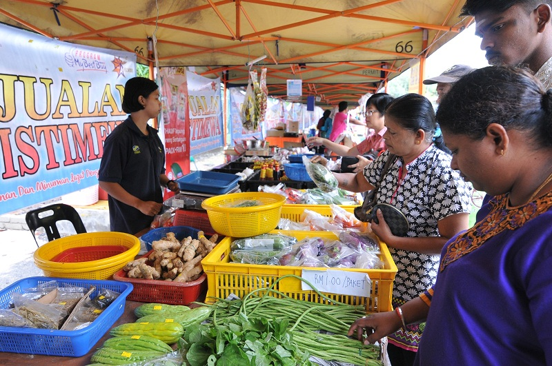 Fama plans to implement cashless payment methods (e-wallets) at all farmers' markets in Johor by early next year. — Picture by KE Ooi