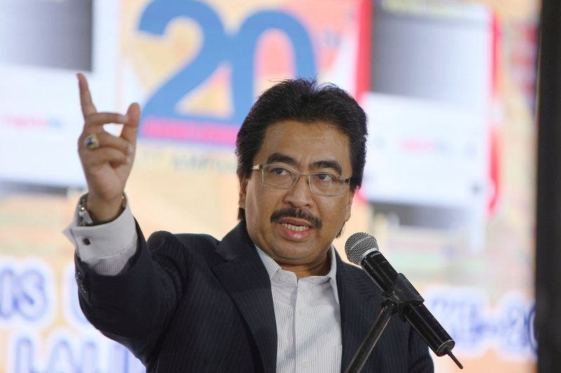 Finance Minister II Datuk Seri Johari Abdul Ghani says in many other countries, people prefer to rent for a longer amount of time than Malaysians. — Bernama pic