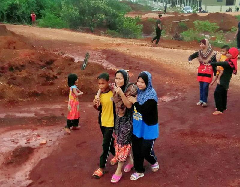File photo showing family members of the drowned victims arriving at the bauxite mine in Taman Sungai Karang Jaya, Kuantan February 4, 2017. — Bernama pic