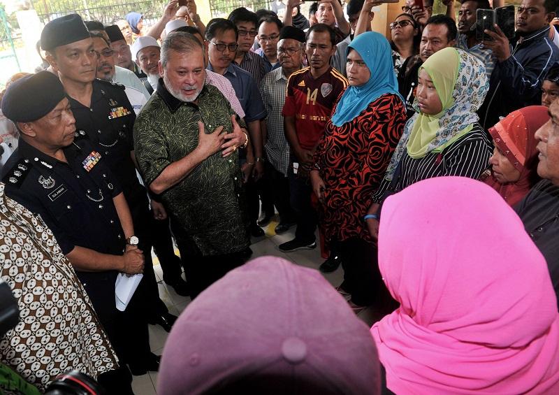 Sultan of Johor Sultan Ibrahim Almarhum Sultan Iskandar visits the families of the victims in the deadly bicycle crash in Johor Baru February 18, 2017. — Bernama pic