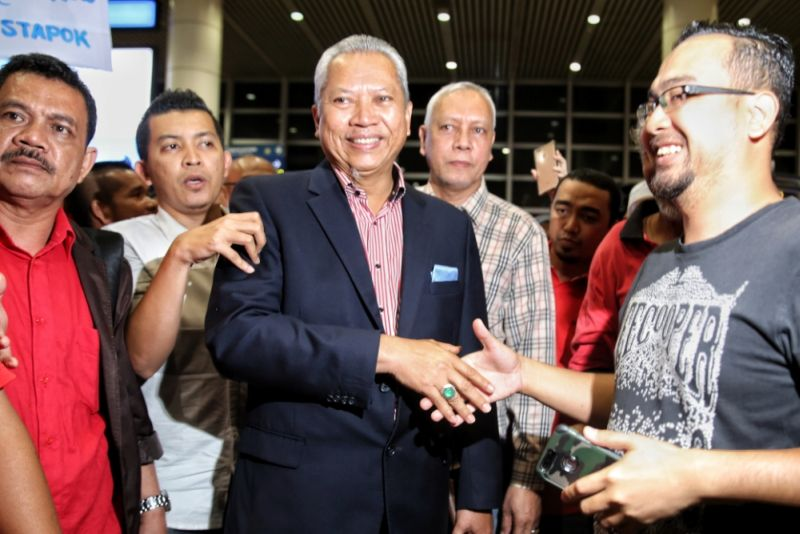 Tan Sri Annuar Musa greets a supporter at the Kuala Lumpur International Airport, February 2, 2017. ― Picture by Saw Siow Feng