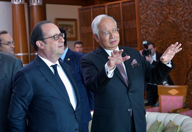 French President Francois Hollande speaks to Prime Minister Datuk Seri Najib Razak at the Perdana Putra building in Putrajaya March 28, 2017. — Bernama pic
