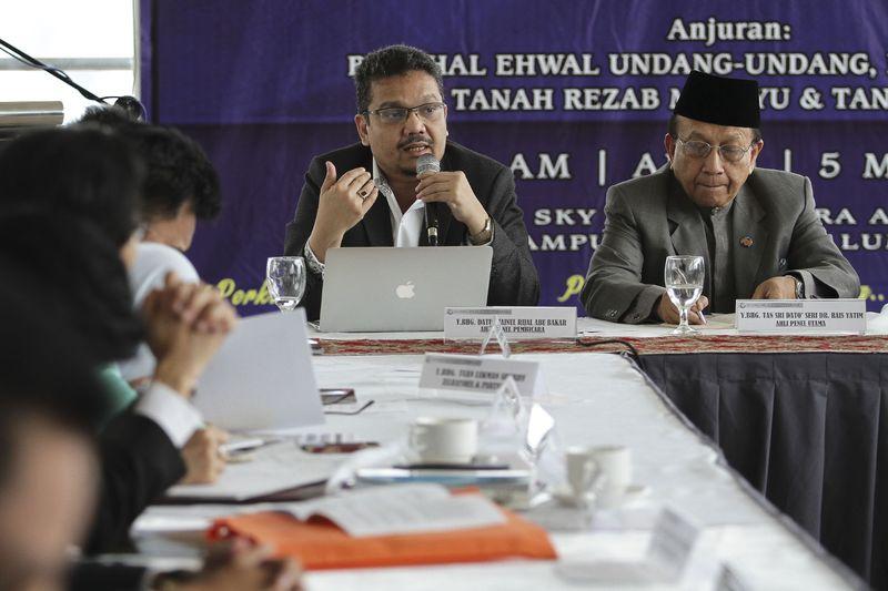 Datuk Zainul Rijal Abu, president of Persatuan Peguam Muslim Malaysia, speaking during a roundtable talk on the Rukunegara, organised by Perkasa, in Kuala Lumpur March 5, 2017. — Picture by Yusof Mat Isa