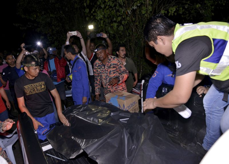 Search and rescue personnel recover the bodies of two children who drowned while fishing in the river near the near the Sekolah Kebangsaan Cina (SKC), Bukit Beruntung. ― Bernama pic