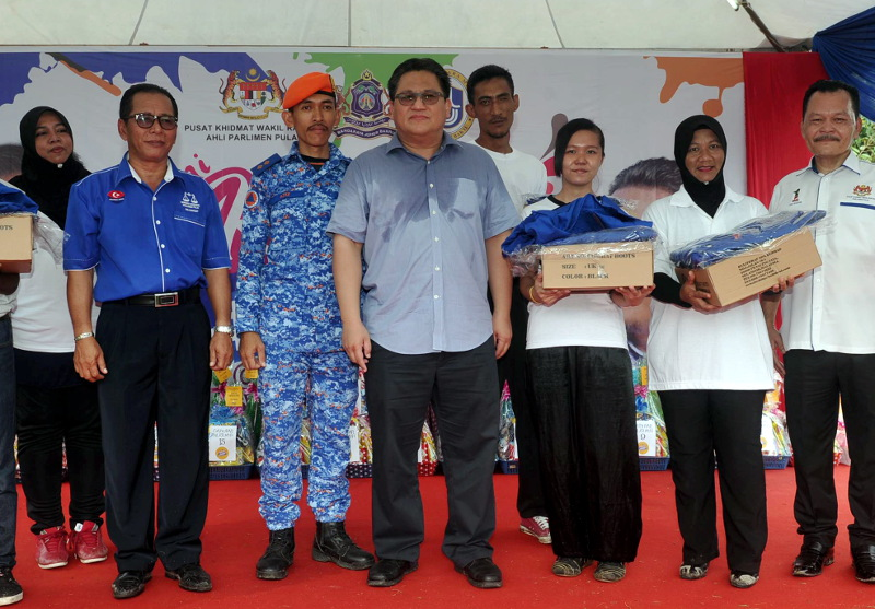 Deputy Home Minister Datuk Nur Jazlan Mohamed (centre), who is also Member of Parliament for Pulai, posing with volunteers of the Civil Defence Force, Johor Baru, April 1, 2017. — Bernama pic