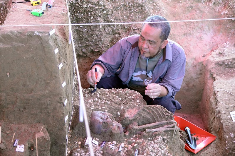 Centre for Global Archaeological Research director Prof Datuk Mokhtar Saidin measuring the skeleton at Guar Kepah last month. —  Pictures by KE Ooi