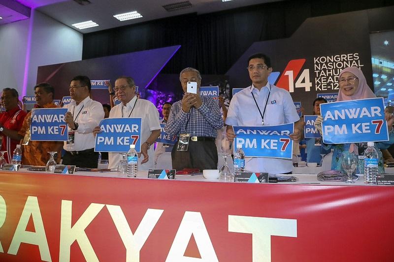 Pakatan Harapan leaders at PKR's 2017 Congress. From left: Tan Sri Muhyiddin Yassin, Mohamad Sabu, Datuk Saifuddin Nasution Ismail, Lim Kit Siang, Tun Dr Mahathir Mohamad, Datuk Seri Azmin Ali, Datuk Seri Dr Wan Azizah Wan Ismail. — Picture by Yusof Mat Isa