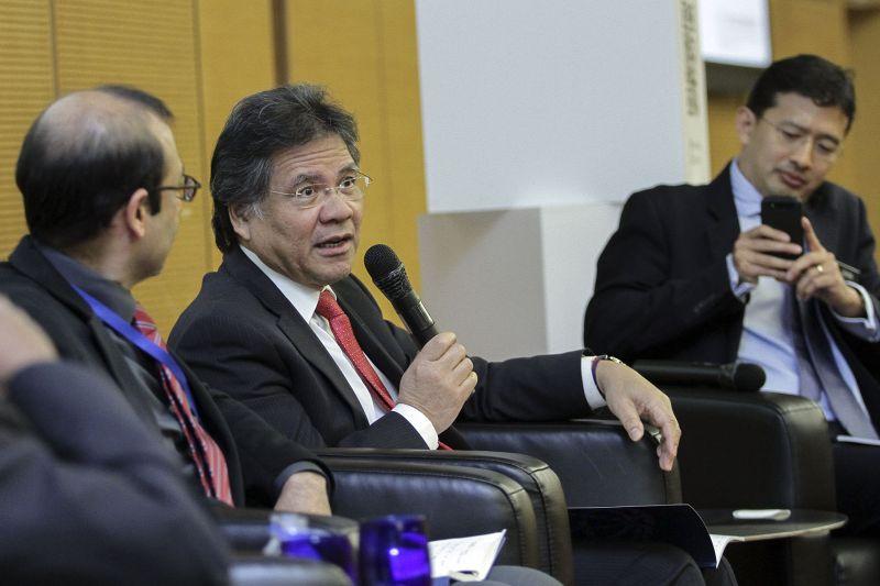 Datuk Sri Idris Jala (centre) speaks during the launch of the Pemandu Assessment Report at Sasana Kijang in Kuala Lumpur May 9, 2017. ― Picture by Yusof Mat Isa
