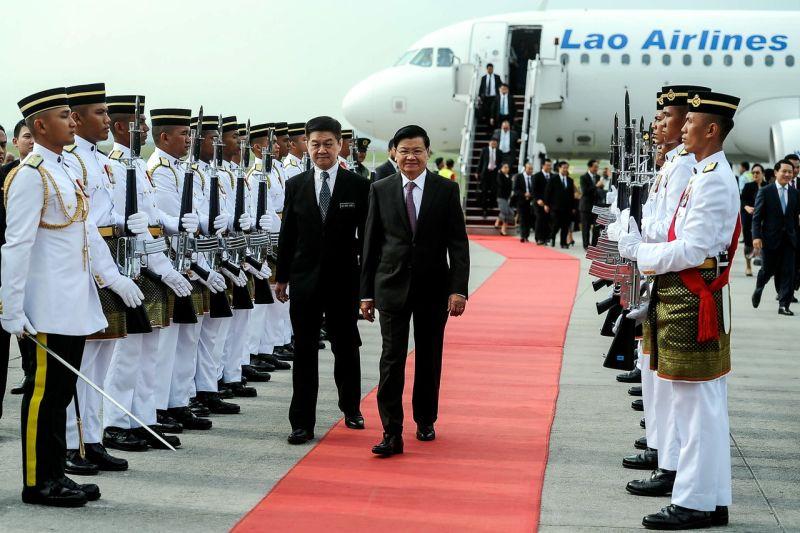 Laos Prime Minister Dr Thongloun Sisoulith (right) is welcomed by Deputy Finance Minister Datuk Lee Chee Leong at Bunga Raya Complex Kuala Lumpur International Airport (KLIA). ― Bernama pic