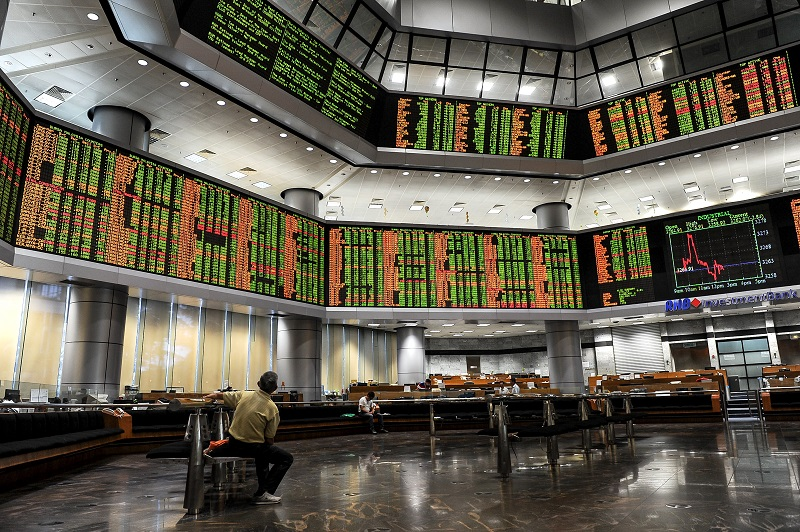 Of the heavyweights, Genting fell 12 sen to 9.23, Petronas Dagangan shed 40 sen to RM22.06, CIMB declined four sen to RM6.21 and Hong Leong Financial erased 22 sen to 16.66. — Bernama pic