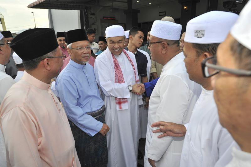 Deputy Prime Minister Datuk Seri Dr Ahmad Zahid Hamidi attended the breaking of fast at Masjid An-Nur, Batu 8, Ulu Kinta June 5, 2017. ― Bernama pic