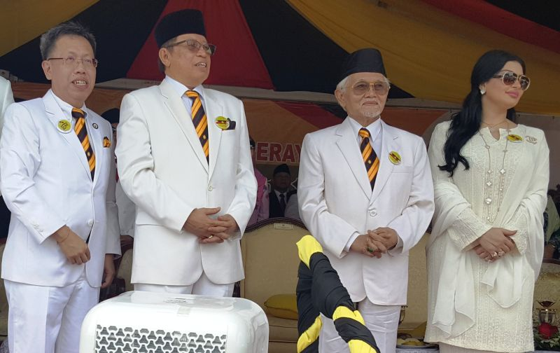 Tun Abdul Taib Mahmud (second right), with his wife Toh Puan Raghad Kurdi, Datuk Amar Abang Johari Openg and Datuk Dr Sim Kui Hian (left), who is also the chairman of the organising committee, at the Sarawak Day celebration, July 22, 2017. ― Picture by Sulok Tawie