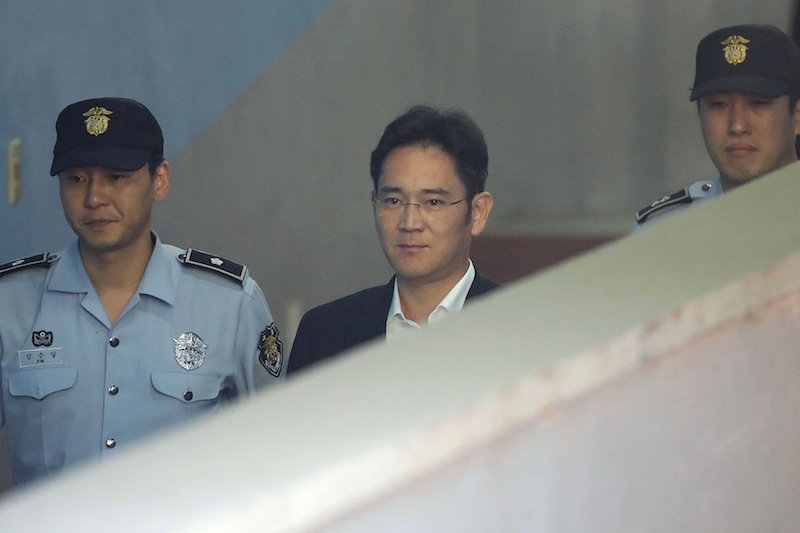 Samsung Group heir Lee Jae-yong arrives at Seoul Central District Court in Seoul on August 25, 2017. — AFP pic