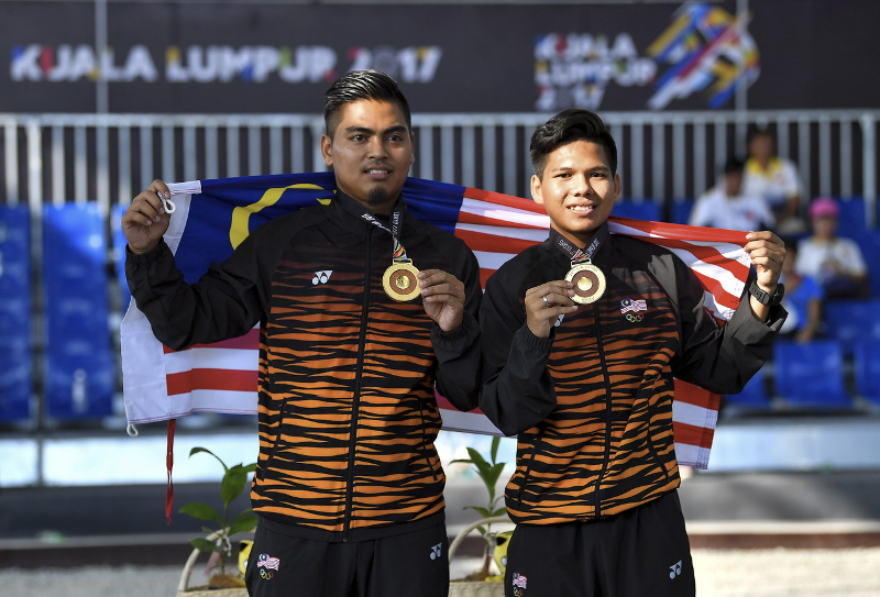 Malaysia's Petanque athlete Syed Ahmad Fikri Syed Ali (right) and Saiful Bahri Musmin (left) showing theIr gold medal after winning the Men's Doubles final against Thailand at the Arena Petanque KL in Kuala Lumpur August 24, 2017. — Bernama pic