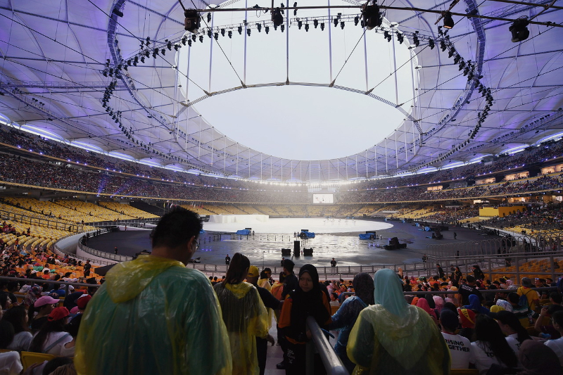Thousands of sports enthusiasts braved the rain to witness the official opening ceremony of KL2017 29h SEA Games at Bukit Jalil National Stadium in Kuala Lumpur August 19, 2017. — Bernama pic