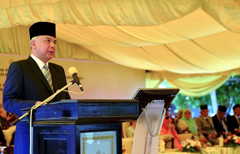 Sultan of Perak Sultan Nazrin Muizzuddin Shah urged national and regional leaders to speak up against the mass killings of the Rohingya people in Myanmar. — Bernama pic