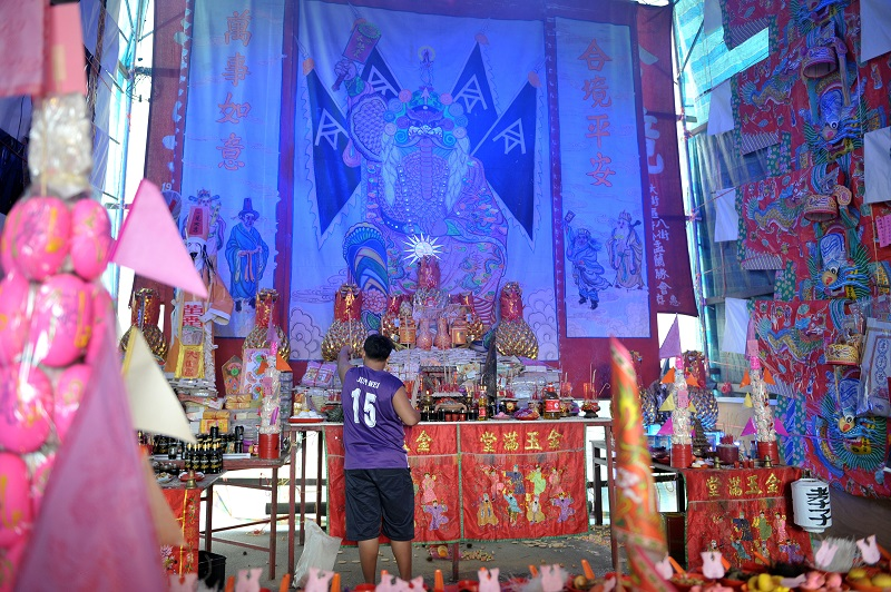 The altar set up to offer prayers to Tai Su Yeah (centre), and his generals Tua Pek (left) and Zhi Pek(right).