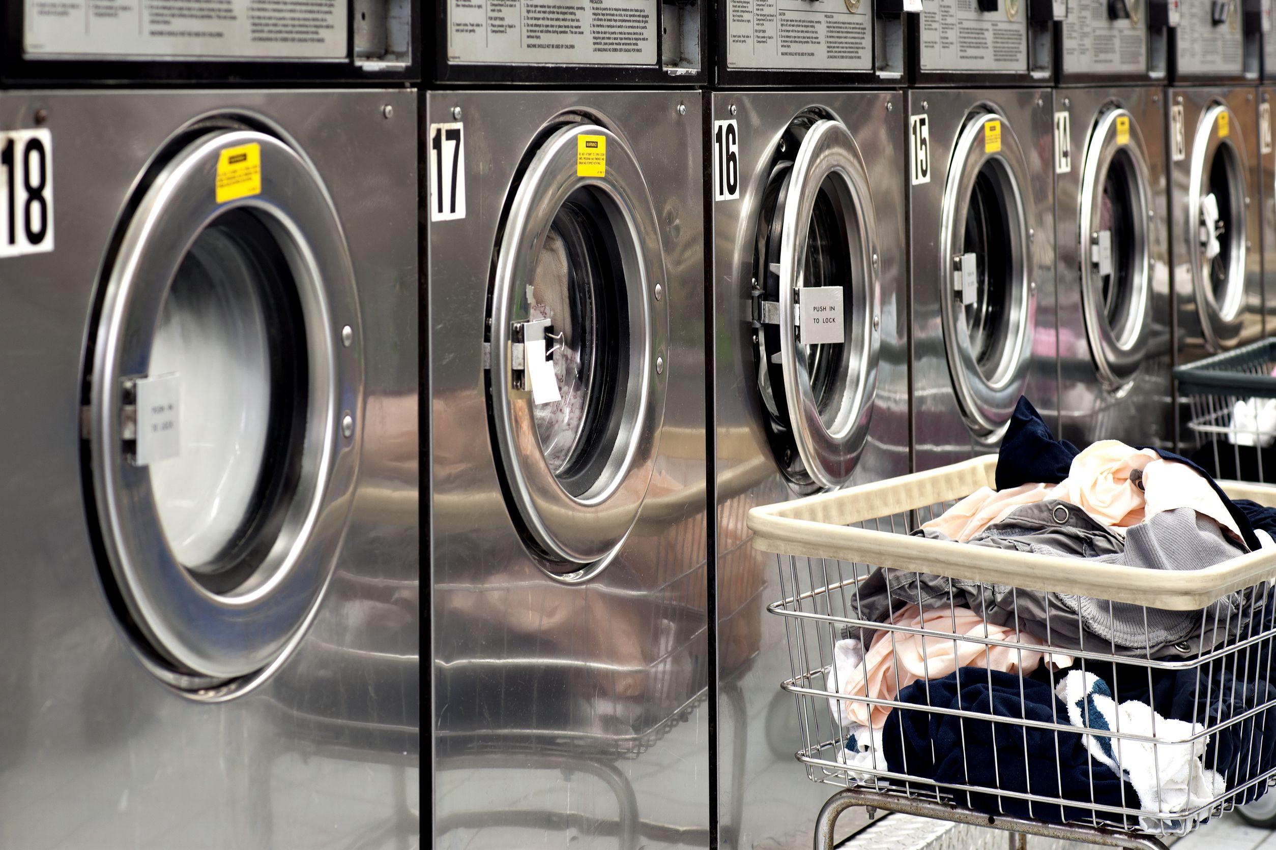 政府放宽限制,允许自助洗衣店在限制行动令期间照常营业,惟东主必须安排职员在场监督。