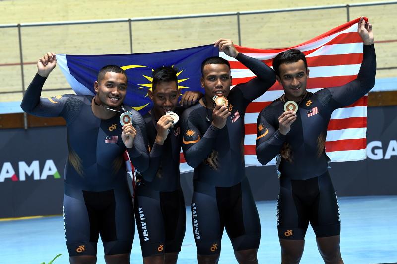 (From left) National athletes Muhammad Firdaus Mohd Zonis, Muhammad Amin Najmi Romzi, Muhammad Khairul Adha Rasol dan Muhammad Afiq Afify Rizan pose with their medals at the APG KL2017 in Nilai September 17, 2017. — Bernama pic