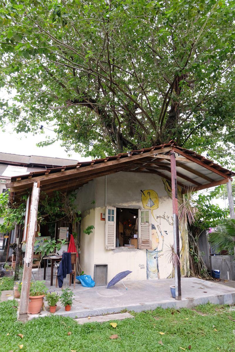 Chai Diam Ma is a local handicrafts store.