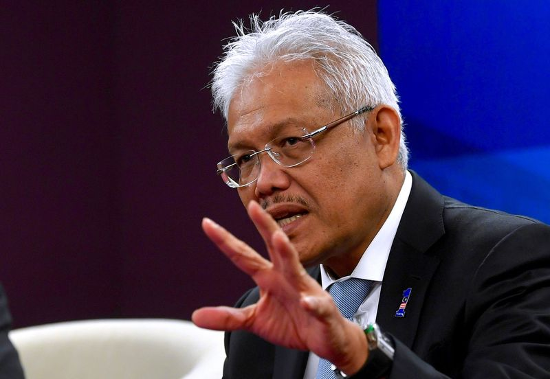 Datuk Seri Hamzah Zainudin said the ministry intends to standardise the documentation of undocumented migrants in Sabah by using only one document, namely IMM13, as one of the strategies to facilitate identification of undocumented migrants in the state. — Bernama pic