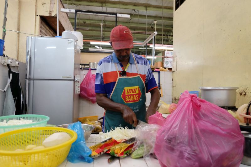 M. Naganatharsubramaniam preparing ingredients at the stall. — Picture by K.E. Ooi