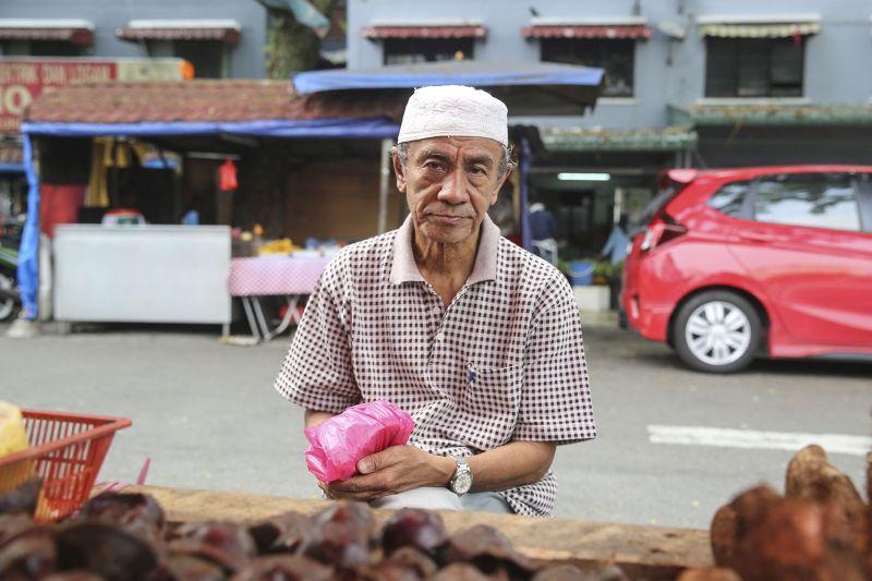 Retiree Haji Mansor Ibrahim shops for groceries at Lembah Pantai. — Picture by Yusof Mat Isa