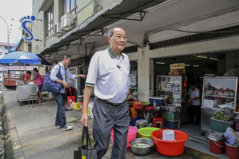 Long-time Bangsar resident Tony Eu pledged his unwavering support to PKR and Nurul Izzah. — Picture by Yusof Mat Isa