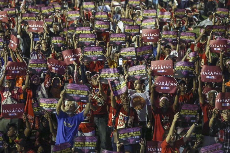 Pakatan Harapan supporters gather at Padang Timur during a rally in Petaling Jaya October 14, 2017. — Picture by Yusof Mat Isa