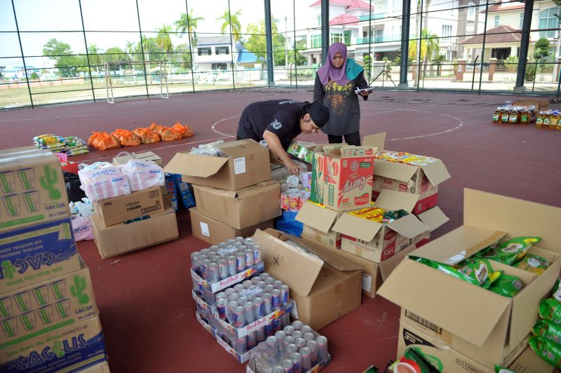 Kembara Kitchen also brings with it dry food items, beverages and other basic household items to hand out to flood victims.