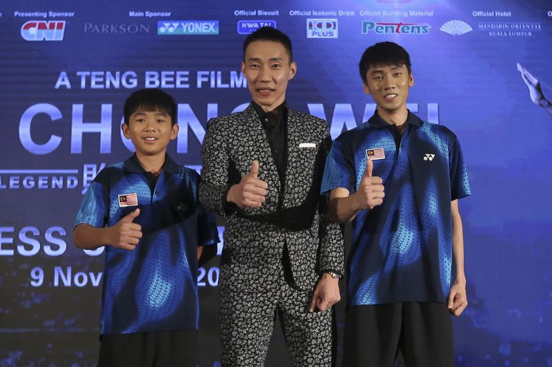 Datuk Lee Chong Wei (centre) poses with Jake Eng (left) and Tosh Chan during the film launch of 'Lee Chong Wei ― Rise of The Legend' at the Mandarin Oriental Hotel in Kuala Lumpur November 9, 2017. ― Picture by Yusof Mat Isa