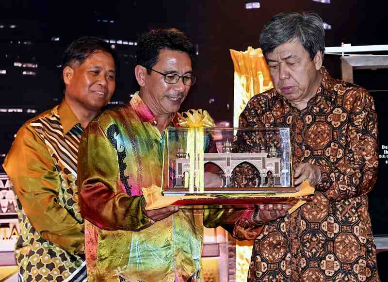 Sultan Sharafuddin Idris Shah (right) receives a replica of the Kota Darul Ehsan arch from Selangor JKR director Datuk Ruslan Abd Aziz in Petaling Jaya November 19, 2017. — Bernama pic