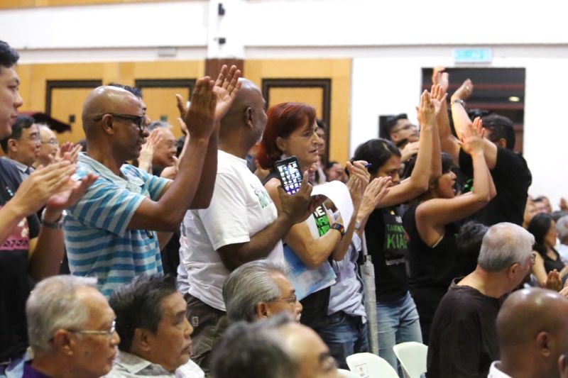 Taman Tun Dr Ismail residents showing support for points raised during Koay's presentation by clapping loudly.