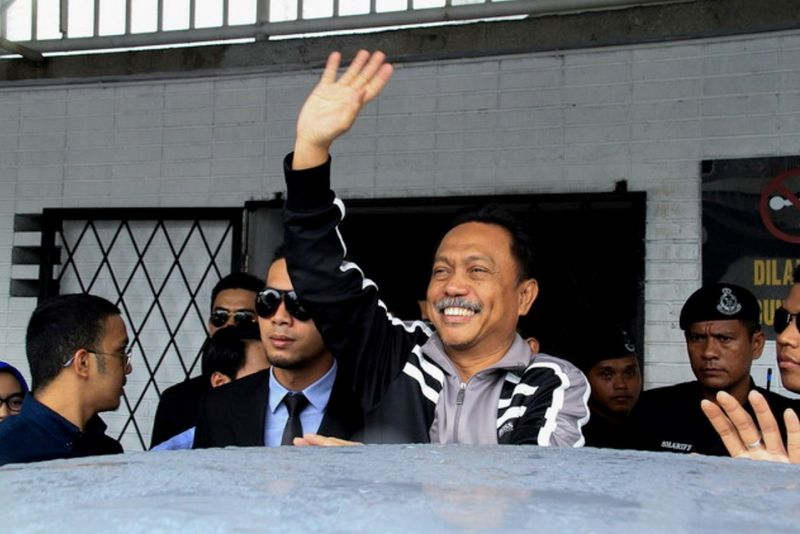 File picture shows Lahad Datu assemblyman and Silam Umno chief, Yusof Apdal waving to his supporters at the Kota Kinabalu High Court, October 21, 2017. — Bernama pic