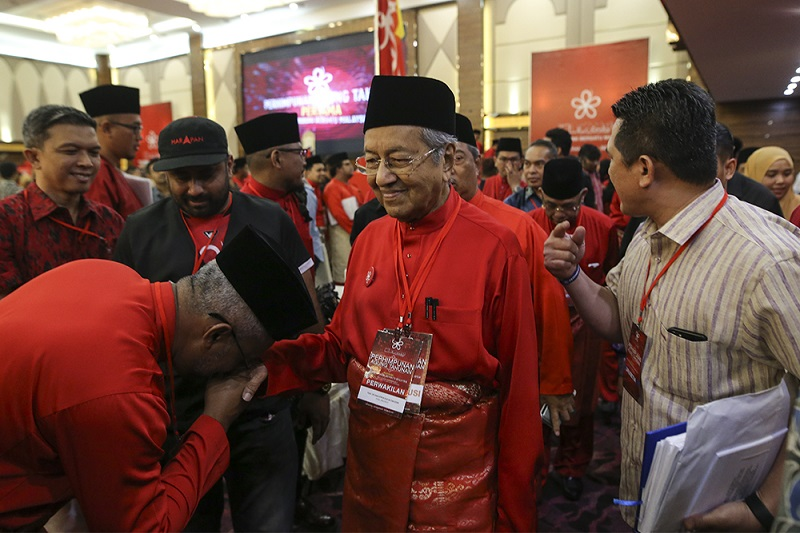 Tun Dr Mahathir Mohammad is greeted by party members during Parti Pribumi Bersatu Malaysia's first Anuual General Assembly  in Shah Alam, December 2017. — Picture by Azneal Ishak