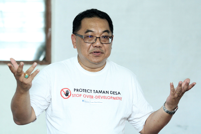 Member of Protect Taman Desa Philip Phang speaks during Townhall meeting at Taman Desa Community Hall on December 3, 2017. — Picture by Miera Zulyana
