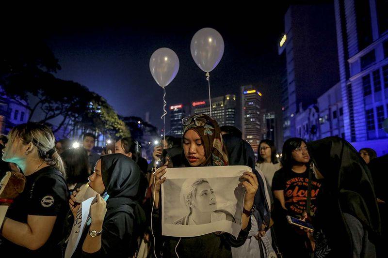 K-pop fans holding portraits of Kim Jong-hyun during a vigil to mourn the death of Jonghyun of SHINee at Dataran Merdeka in Kuala Lumpur on December 21, 2017. — Picture by Firdaus Latif