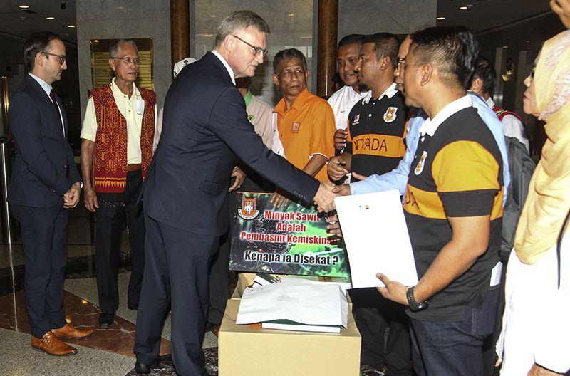 Carl Henrik receives the memorandum from Malaysian oil palm smallholders at the EU Embassy in Kuala Lumpur, 16 January 16, 2018.