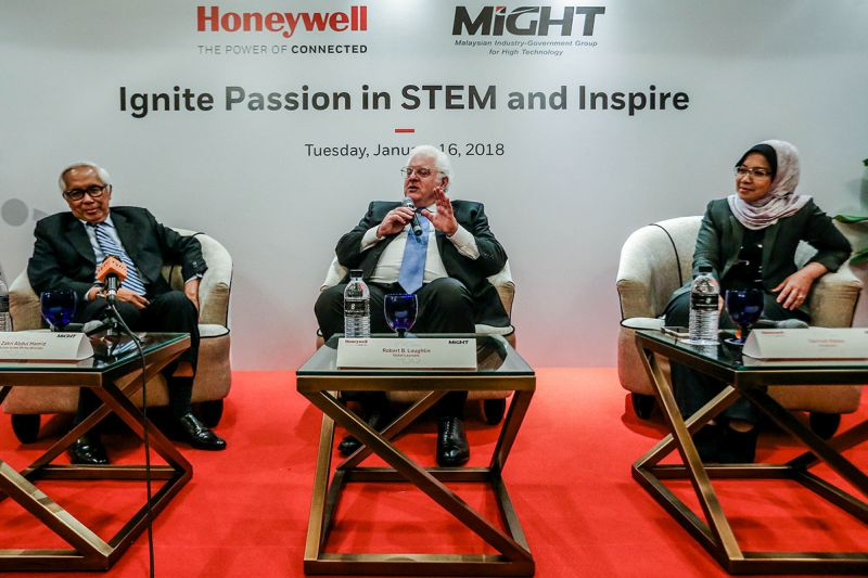 Professor Robert B. Laughlin (centre) speaks during the Honeywell Initiative for Science and Engineering Forum at the Ritz-Carlton Kuala Lumpur January 16, 2018. — Picture by Hari Anggara