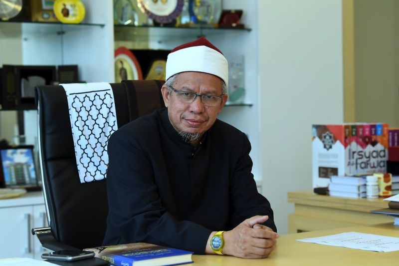 Federal Territories Mufti Datuk Zulkifli Mohamad Al-Bakri says the accuser must produce four witnesses to support the allegation that they clearly  saw the act being committed. — Bernama pic