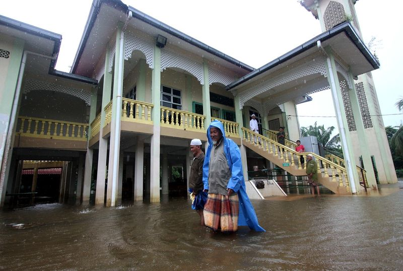 The number of flood victims seeking shelter at temporary flood relief centres in Pahang has risen. — Bernama pic