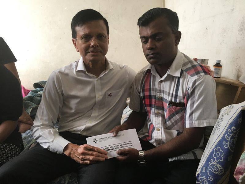 Raja Nong Chik (left) providing financial assistance to Sathiasilan over the death of his youngest son, S. Satiswaran. — Picture by Jerry Choong