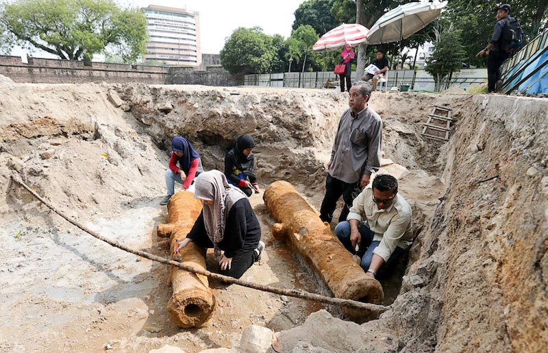Professor Datuk Mokhtar Saidin looks on as hus assistants examine recently discovered cannons near the entrance to Fort Cornwallis in George Town February 19, 2018. — Picture by Sayuti Zainudin