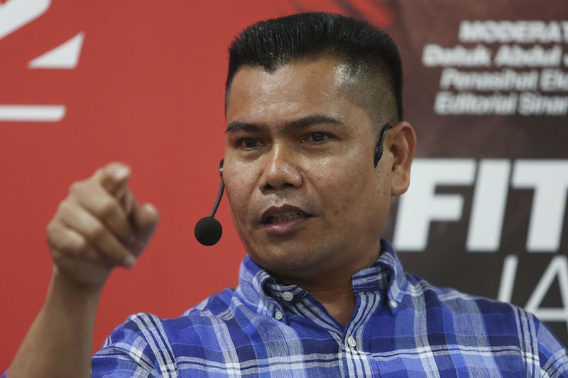 Jamal had on Monday held a free concert with free food, and a chance to win a motorcycle and RM25,000, in his attempt to woo the voters of the fishing village away from DAP. — Picture by Yusof Mat Isa