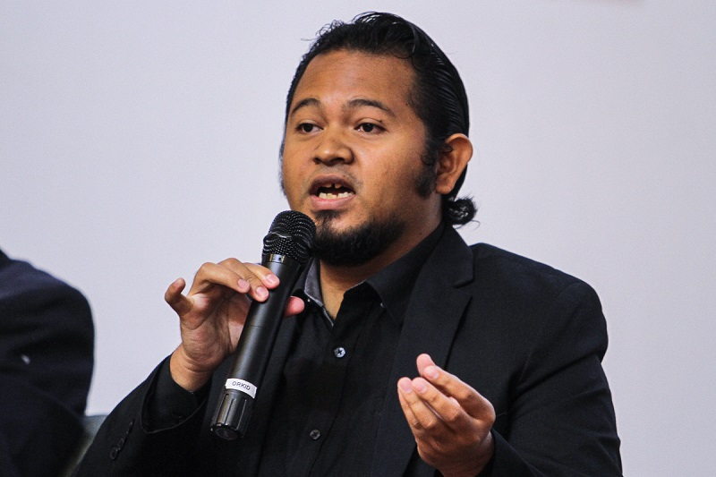 Universiti Kebangsaan Malaysia lecturer Abdul Muein Abadi speaks during a forum on 'Sinicisation' by Interdisciplinary Research and International Strategy Institute in Bangi March 7, 2018. — Picture by Shafwan Zaidon