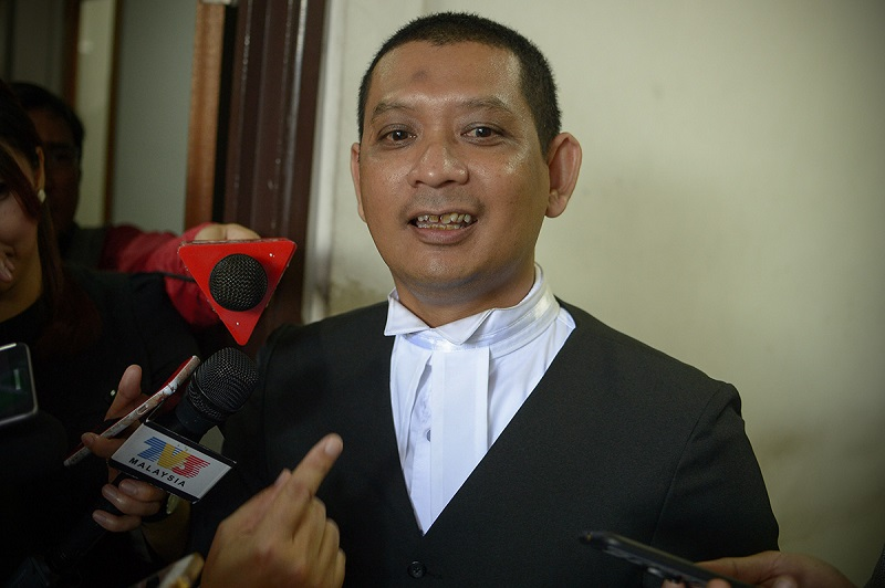 Selangor prosecution head Muhamad Iskandar Ahmad speaks to reporters at the Shah Alam High Court March 21, 2018. — Picture by Mukhriz Hazim