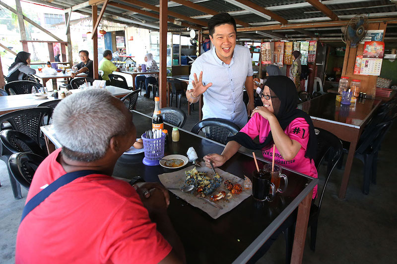 MCA Youth central committee member Chua Hock Kuan chats with residents of Jalan Kebun Sultan in Kota Baru March 22, 2018. — Picture by Azinuddin Ghazali